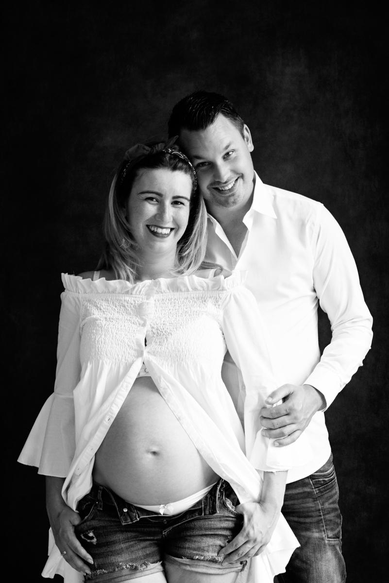 zwanger fotoshoot partner witte blouse