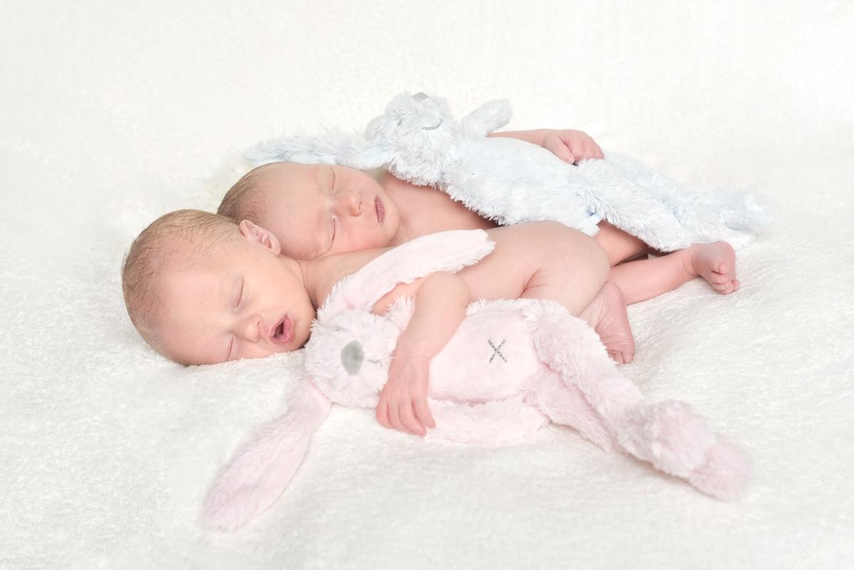 Newborn Tweeling Fotoshoot newbornfotografie Broer en Zus