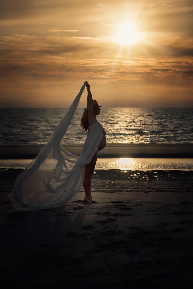 zwangerschapsfotoshoot zonsondergang strand