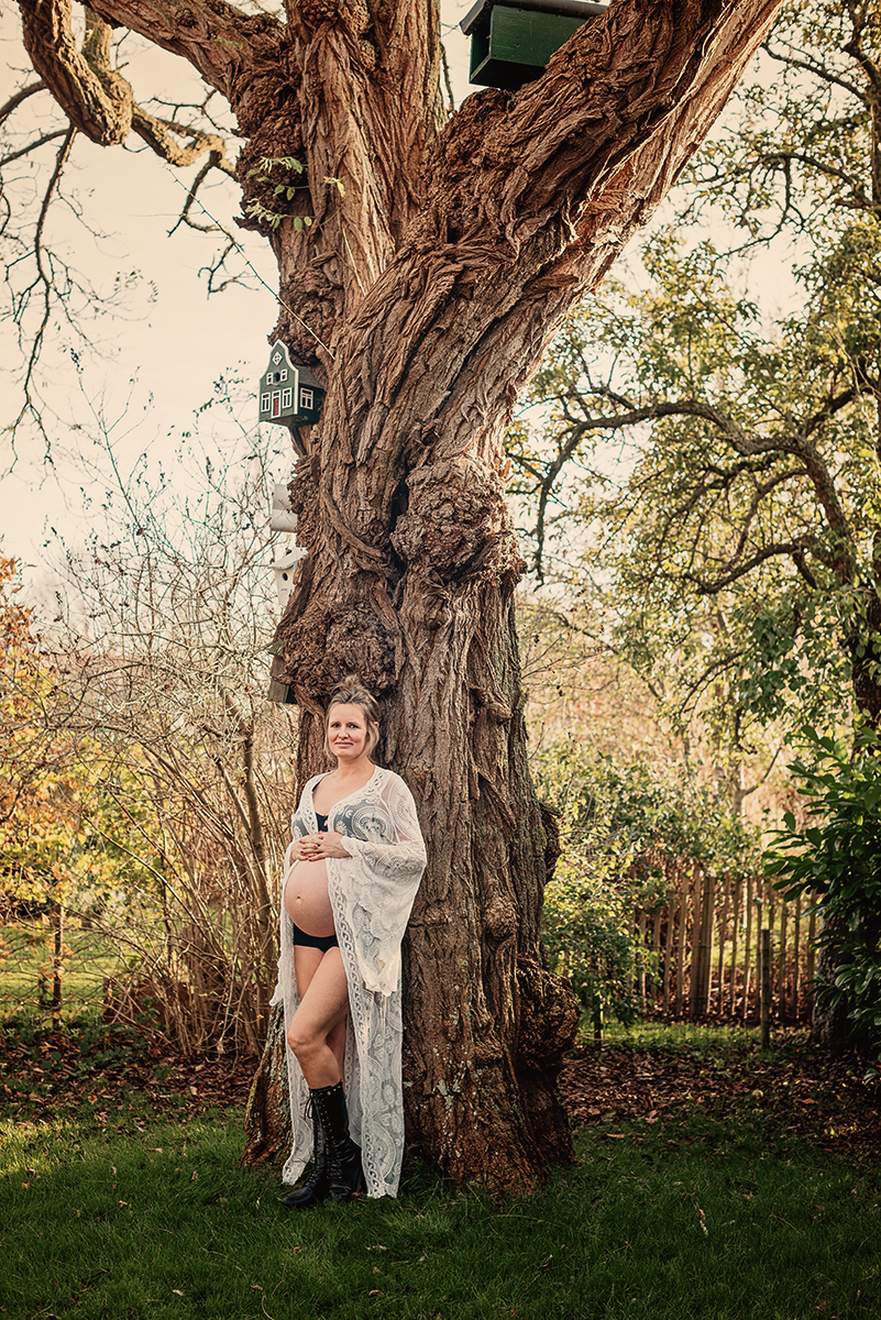 zwanger onder de boom